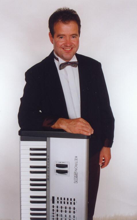 Musiker Poul Erik Jensen med keyboard