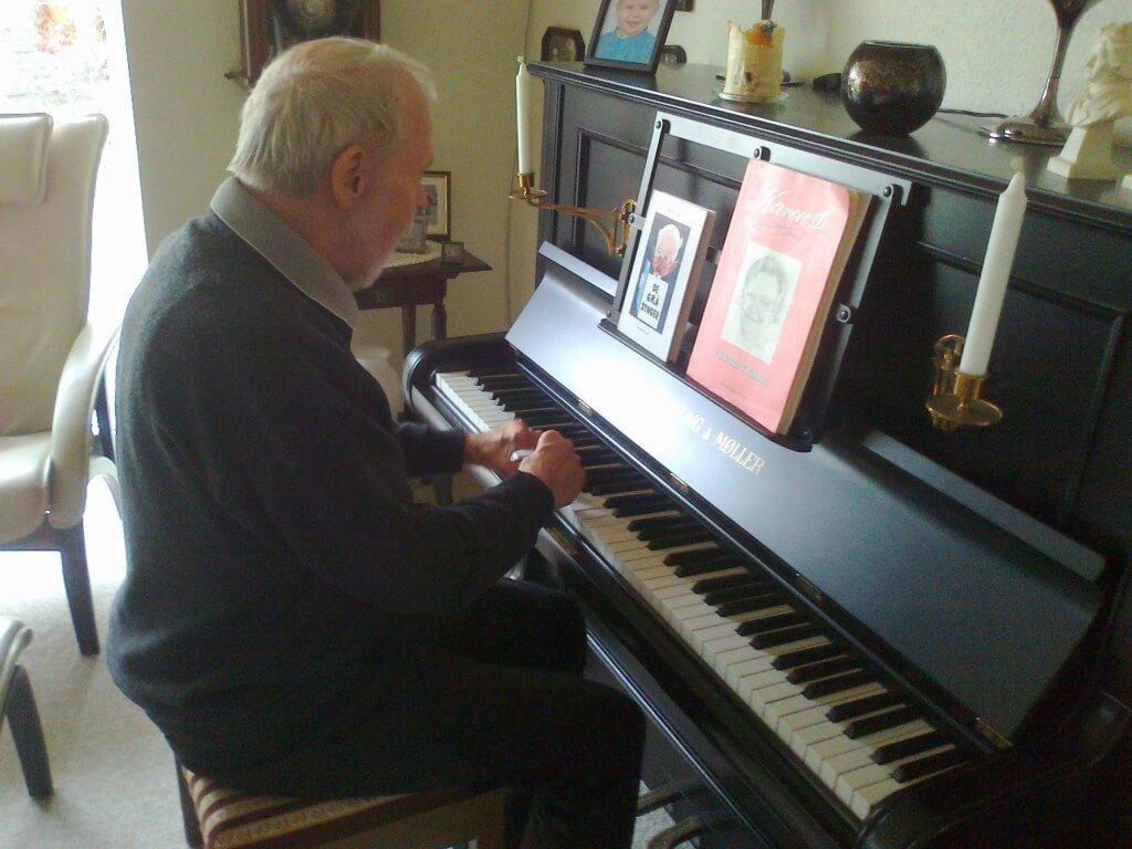 Kurt Welander ved det gamle Hornung og Møller klaver og med Wendelbo sang.